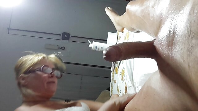 Increíble chica caliente se ensucia con un incesto entre madres e hijas chico cachondo